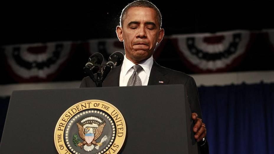 O presidente Barack Obama faz um minuto de silêncio pelas vítimas do ataque a um cinema no Colorado