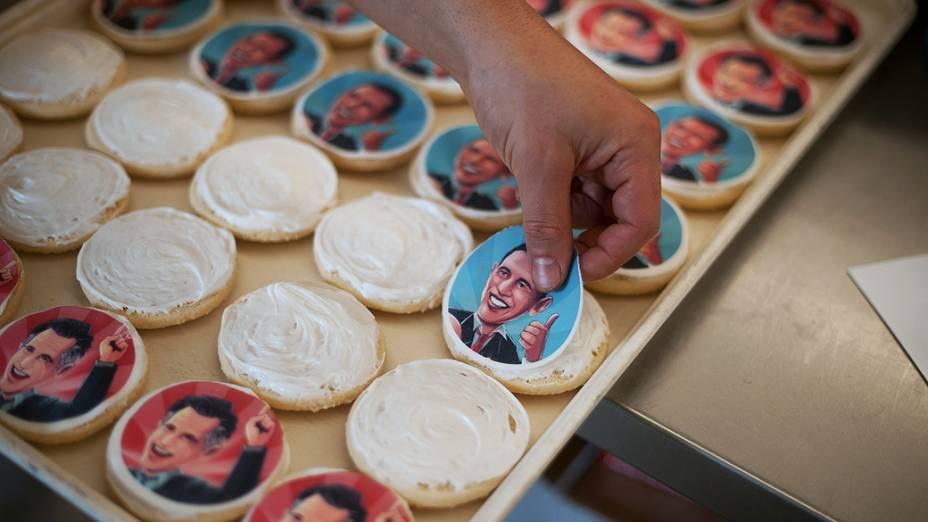 Mulher prepara biscoito com imagem de candidatos à presidência americana, nos EUA