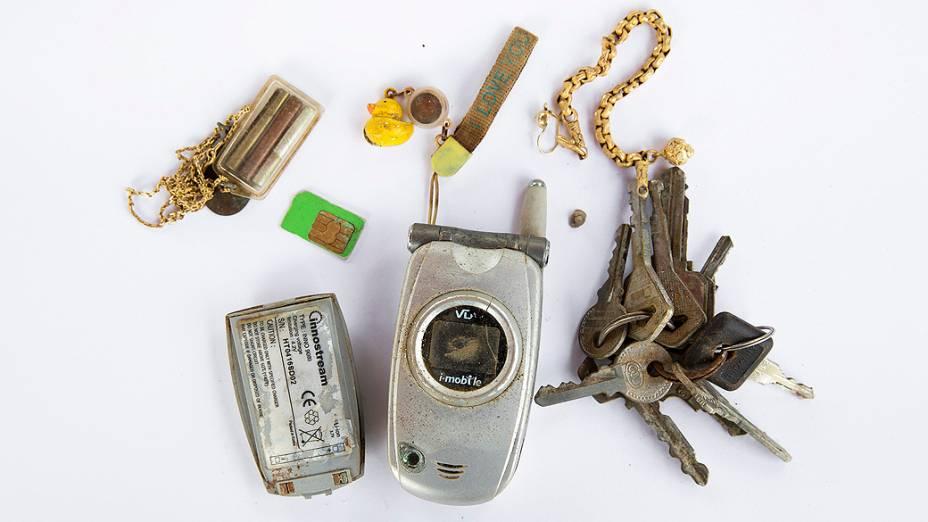 Bens pessoais de vítimas do tsunami de 2004 foram fotografados em uma delegacia de polícia em Takua Pa, na província de Phang Nga, na Tailândia