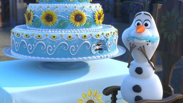 O boneco de neve Olaf se esbalda com o bolo de aniversário de Anna no curta-metragem Frozen: Febre Congelante