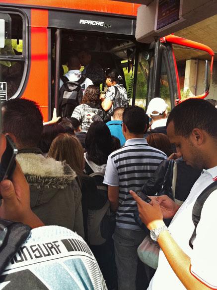 Ônibus ficam lotados com a greve do metrô em São Paulo