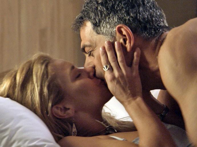 Orlando (Eduardo Moscovis) e Lara (Carolina Dieckmann) em A Regra do Jogo