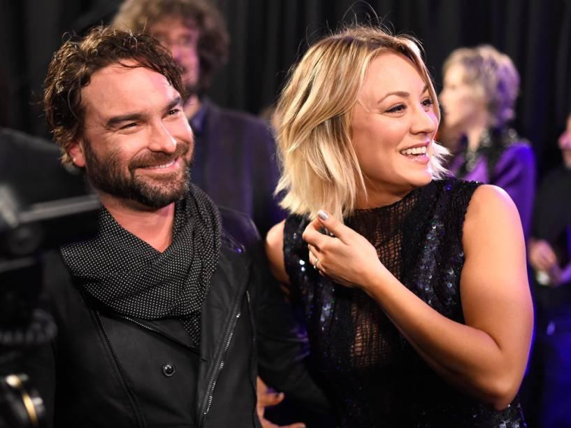 Os atores Kaley Cuoco e Johnny Galecki de The Big Bang Theory no People's Choice Awards 2016