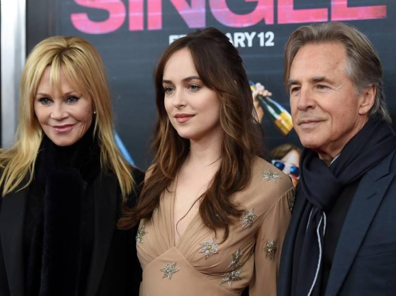 Os atores Melanie Griffith e Don Johnson com a filha Dakota Johnson na estreia de Como Ser Solteira, em Nova York, em fevereiro de 2016