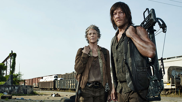 Os atores Melissa McBride (Carol) e Norman Reedus (Daryl) na série The Walking Dead