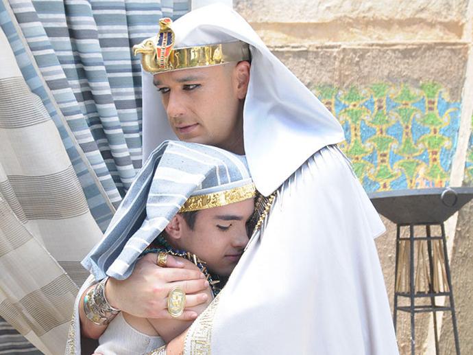 <p>Ramsés (Sergio Marone) e o filho Amenhotep (José Victor Pires) em Os Dez Mandamentos</p>
