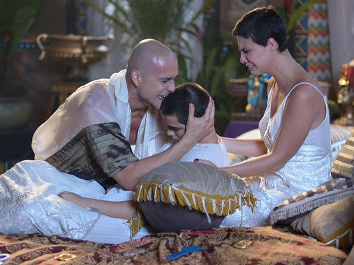 <p>Ramsés (Sergio Marone) e Nefertari (Camila Rodrigues) choram a morte do filho Amenhotep (José Victor Pires) em Os Dez Mandamentos</p>