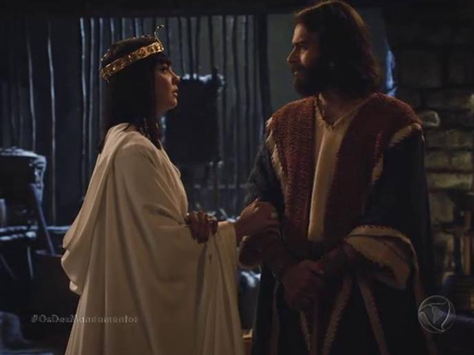 <p>Nefertari (Camila Rodrigues) vai até a vila dos hebreus conversar com Moisés (Guilherme Winter) sobre a décima praga</p>