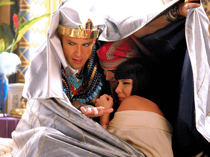 <p>Ramsés (Sergio Marone) tenta proteger Nefertari (Camila Rodrigues) e Amenhotep (José Victor Pires) da nuvem de gafanhotos</p>
