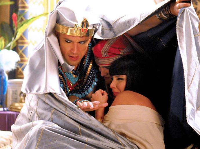 Ramsés (Sergio Marone) tenta proteger Nefertari (Camila Rodrigues) e Amenhotep (José Victor Pires) da nuvem de gafanhotos