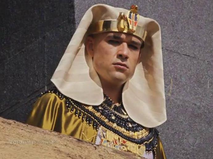 <p>Ramsés (Sergio Marone) pensa sobre a ideia de Nefertari (Camila Rodrigues) de matar Moisés (Guilherme Winter)</p>