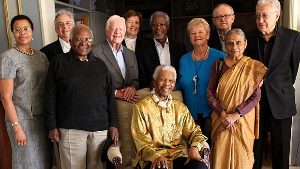 Os integrantes do grupo Elders com Nelson Mandela