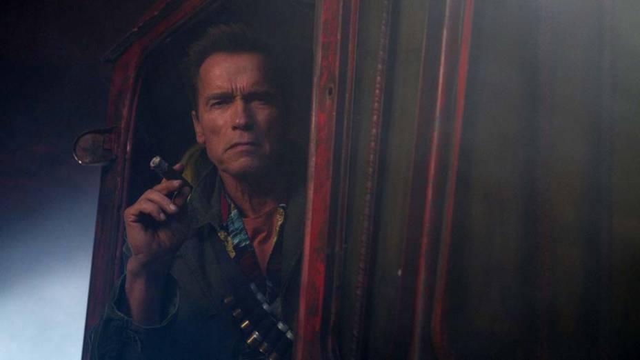 Arnold Schwarzenegger em cena de Os Mercenários 2