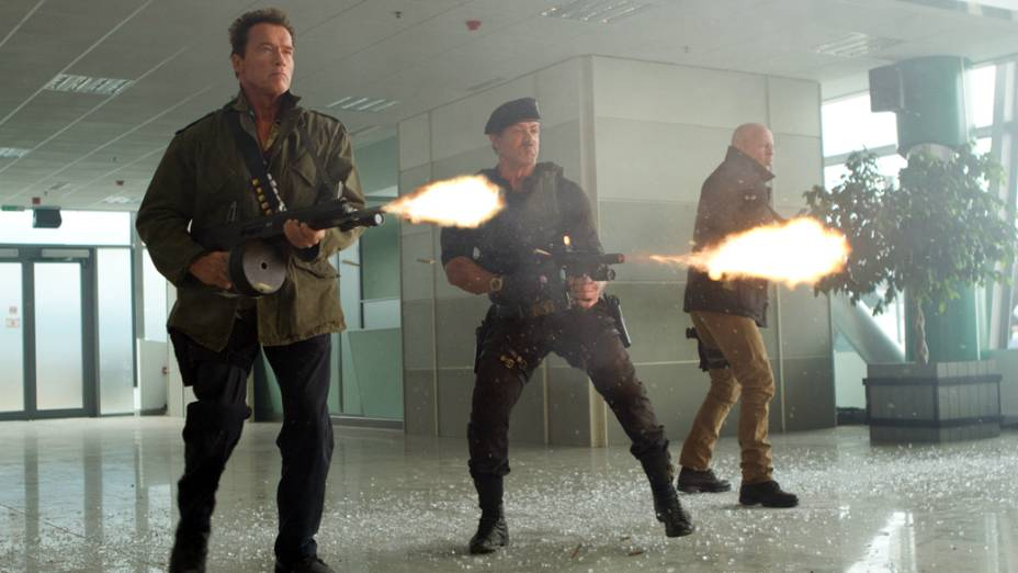 Sylvester Stallone, Arnold Schwarzenegger, Bruce Willis em cena de Os Mercenários 2