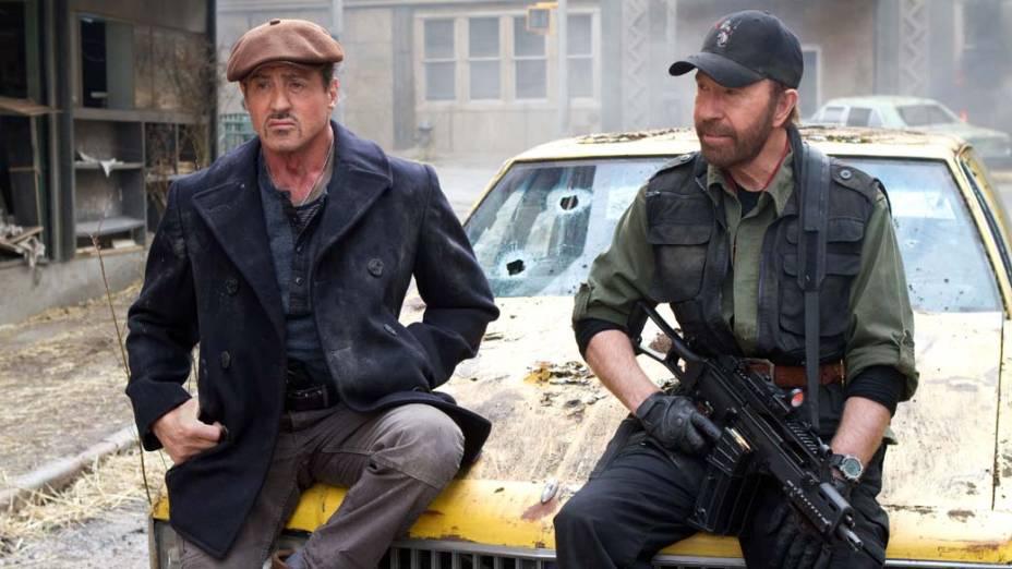 Sylvester Stallone e Chuck Norris em cena de Os Mercenários 2