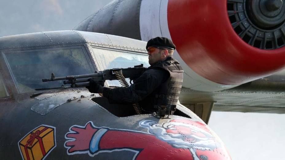 Jason Statham em cena de Os Mercenários 2