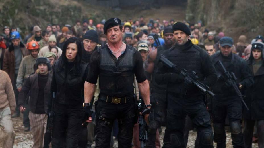 Dolph Lundgren, Jason Statham, Nan Yu, Randy Couture, Sylvester Stallone e Terry Crews em cena de Os Mercenários 2