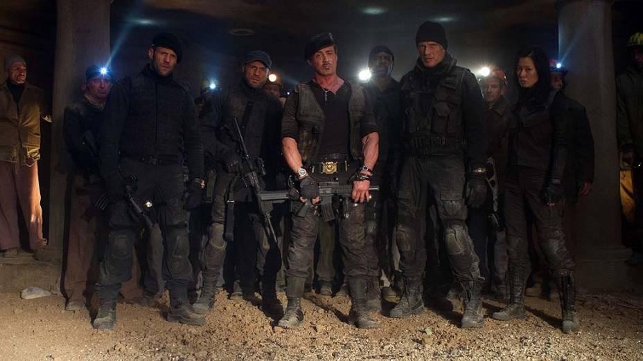 Jason Statham, Sylvester Stallone, Dolph Lundgren, Nan Yu, Randy Couture e Terry Crews em cena de Os Mercenários 2