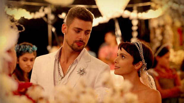 Os noivos Jorginho (Cauã Reymond) e Nina (Débora Fallabela)