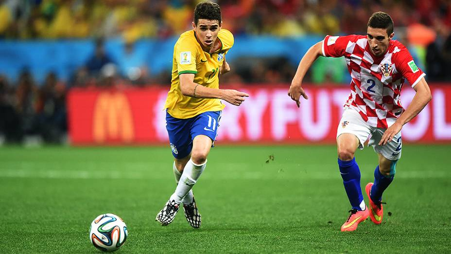 Oscar disputa a bola com o um jogador da Croácia no Itaquerão, em São Paulo