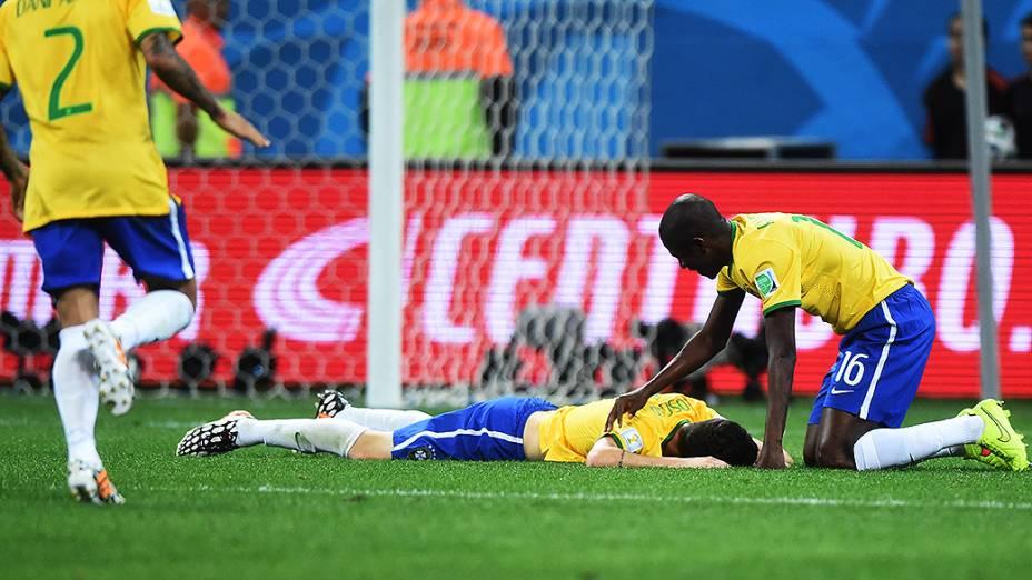 Oscar cai em campo após marcar o terceiro gol do Brasil contra a Croácia no Itaquerão, em São Paulo