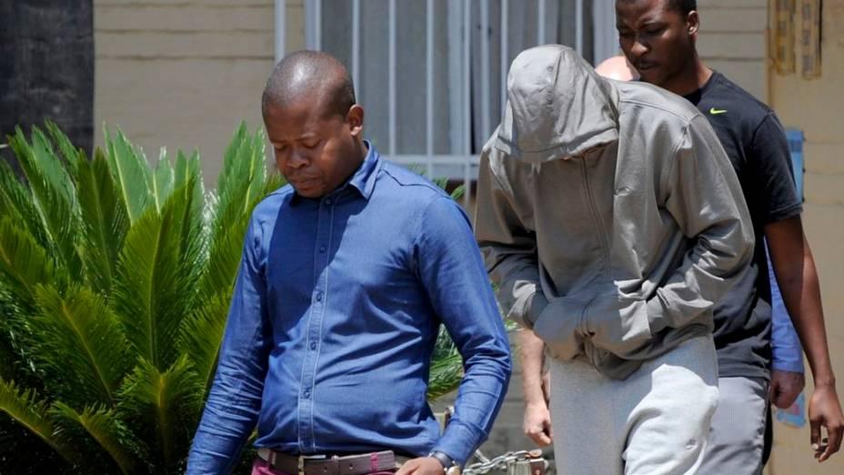 Oscar Pistorius deixa delegacia depois de prestar depoimento sobre a morte da namorada, em Pretória