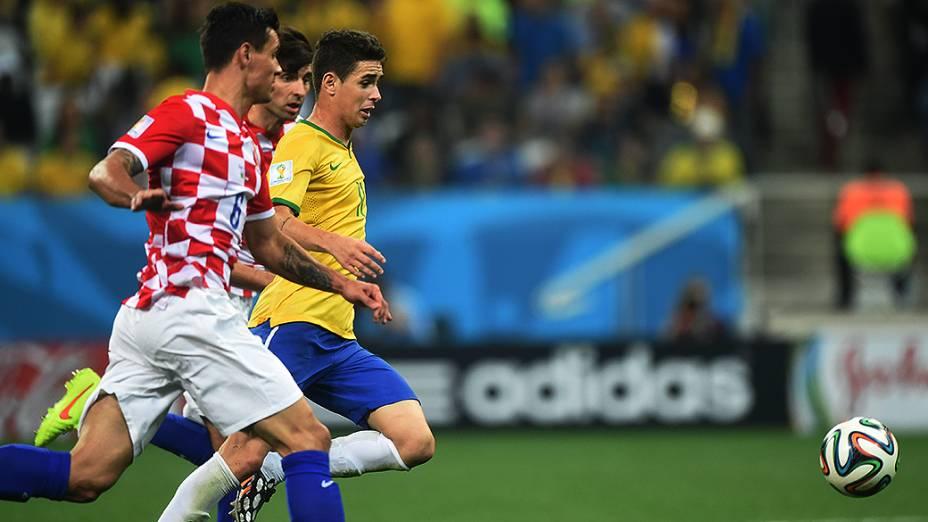 Oscar disputa a bola com jogadores da Croácia no Itaquerão, em São Paulo