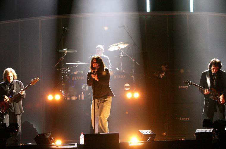 Com Terry Geezer Butler (à esq.), Bill Ward e Tony Iommi, se apresentou em 2005 no UK Music Hall of Fame.