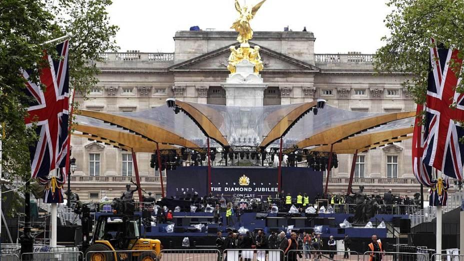 Palácio de Buckingham é preparado para receber o Concerto do Jubileu da rainha Elizabeth II