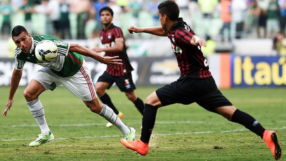 O jogador Lúcio durante a partida entre Palmeiras SP e Atlético PR válida pela Série A do Campeonato Brasileiro 2014 no Estádio Allianz Parque em São Paulo (SP), neste domingo (07)