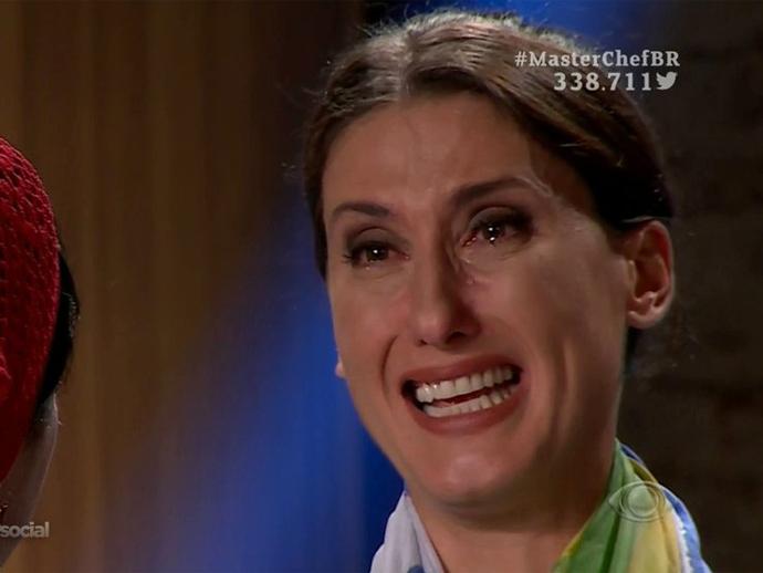 Paola Carosella chora ao receber uma bandeira do Brasil no MasterChef