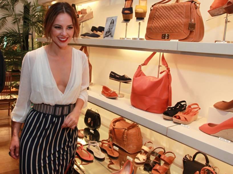 Paolla Oliveira aposta no decote profundo em lançamento de marca de sapato no Rio