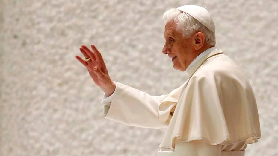 Papa Bento XVI acena no final de sua audiência geral na Sala Paulo VI no Vaticano