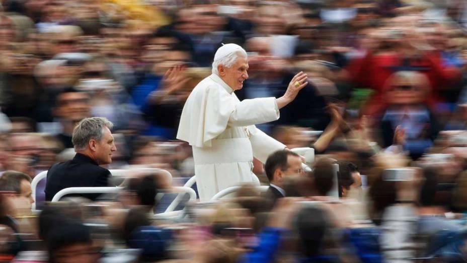 Papa Bento XVI durante audiência semanal na praça São Pedro, no Vaticano