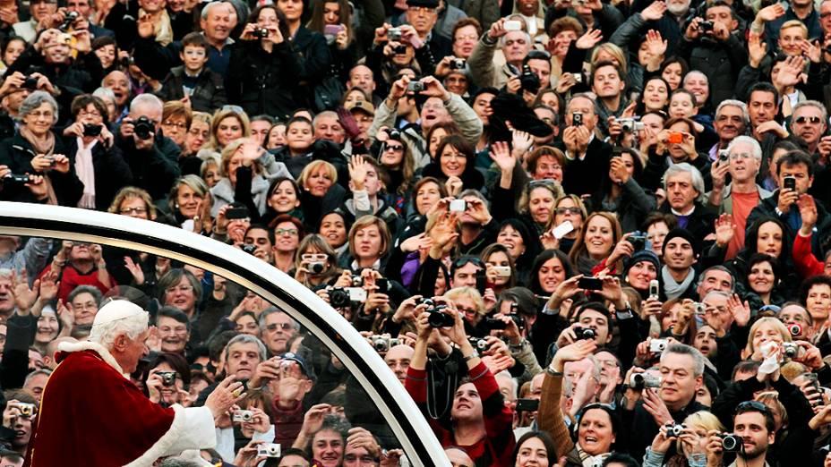 A idade avançada levou o Papa Bento XVI a anunciar a renúncia, nesta segunda-feira (11)