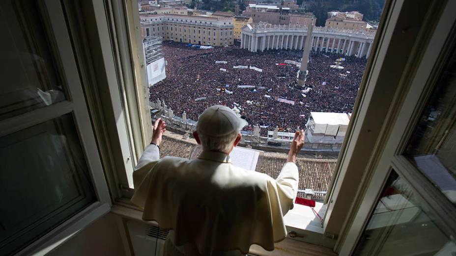 Papa Bento XVI celebrando o seu último Algelus, neste domingo (24)