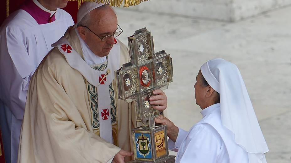 Papa Francisco segura relíquia da freira mexicana Maria Guadalupe Garcia Zavalain (1878-1963), canonizada durante cerimônia na Praça São Pedro