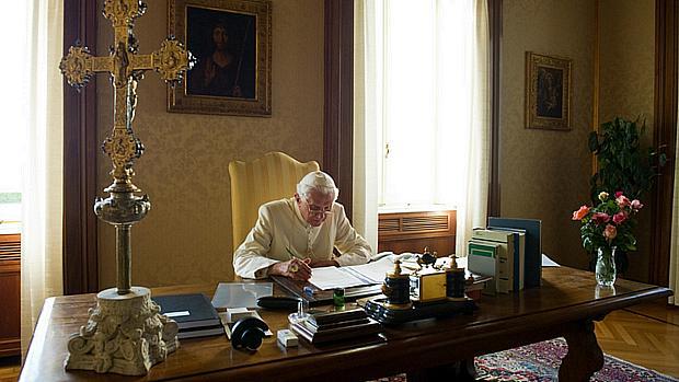 Bento XVI lendo na casa de verão do Vaticano, no pequeno vilarejo de Castelgandolfo, meia hora ao sul de Roma, em 2010