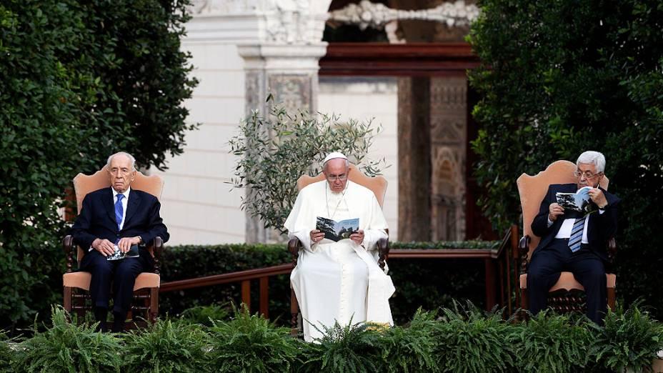 Papa Franscisco reza pela paz com Peres e Abbas