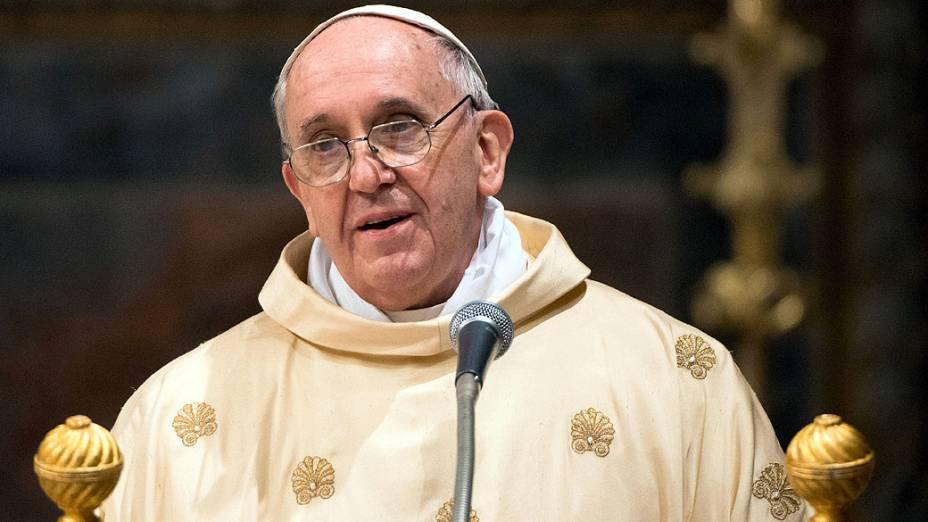 O papa Francisco celebra a primeira missa com cardeais na Capela Sistina, no Vaticano
