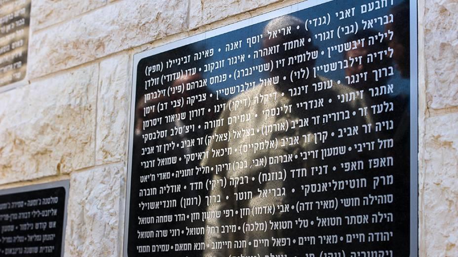 Figura do papa refletida é fotografada no memorial no Monte Herzl, na cidade de Jerusalém. Francisco está em viagem oficial ao Oriente