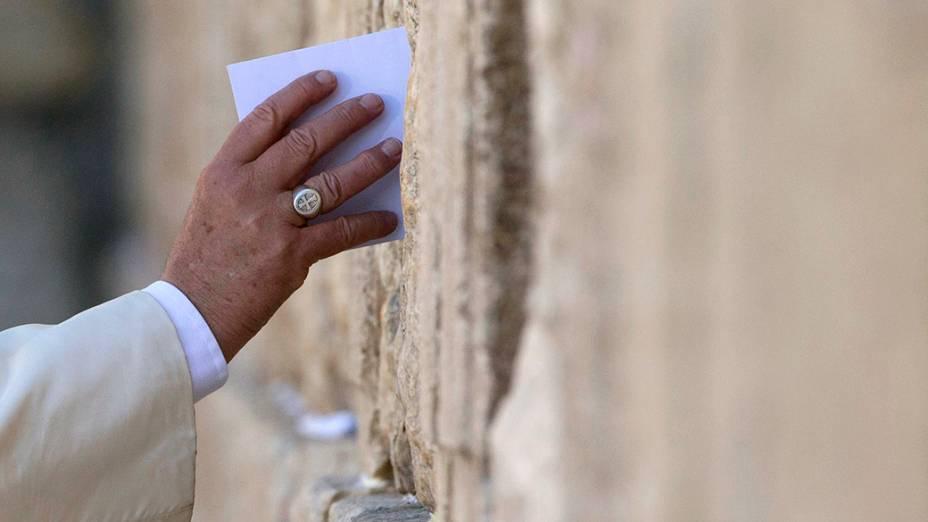 Em visita oficial à Israel, o papa Francisco coloca um envelope entre as pedras do Muro das Lamentações, um dos lugares mais sagrados para os judeus na cidade de Jerusalém
