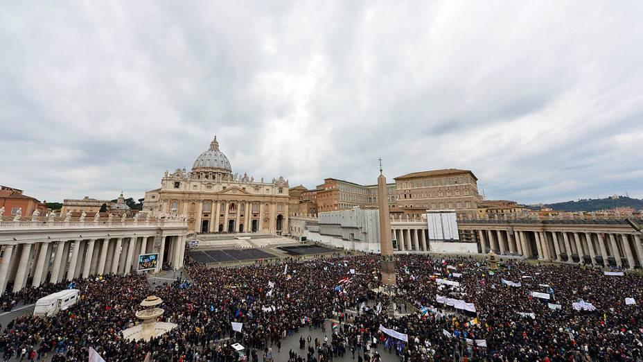 Fiéis aguardam primeiro angelus dominical do papa Francisco, na Praça São Pedro