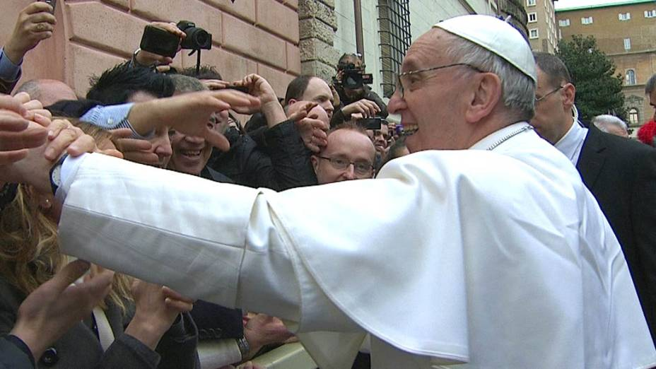 Papa Francisco cumprimenta os fiéis na Praça São Pedro, no Vaticano