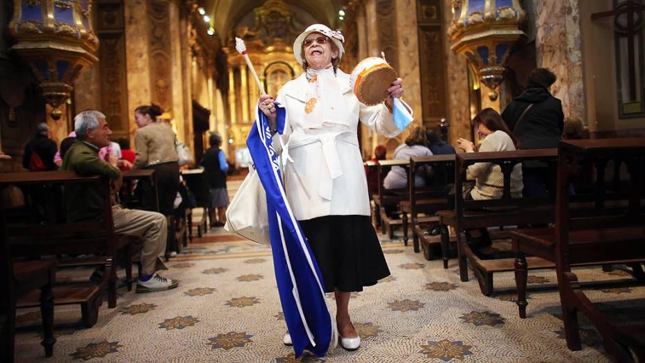 Fiéis comemoram proclamação de Jorge Mario Bergoglio como o novo papa, durante missa na Catedral Metropolitana, em Buenos Aires