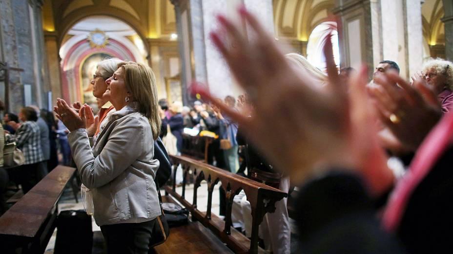 Fiéis assistem à missa na Catedral Metropolitana, em Buenos Aires, um dia após a proclamação de Jorge Mario Bergoglio como o novo papa