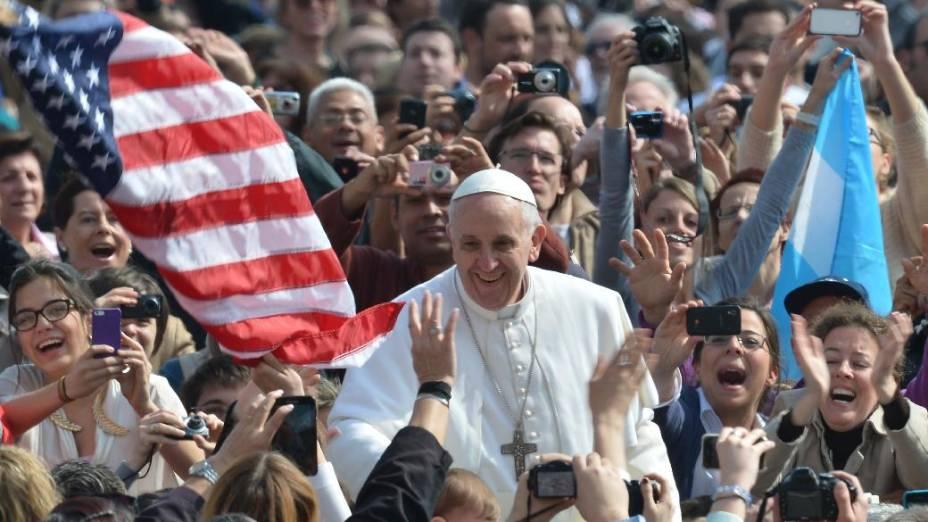 Papa Francisco é saudado por multidão na Praça de São Pedro antes de sua primeira audiência pública