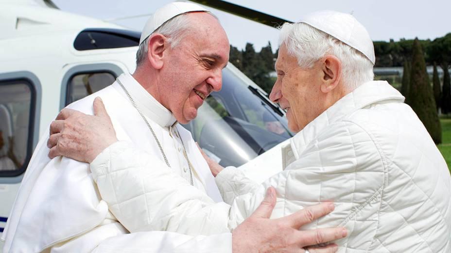 O papa Francisco cumprimenta o papa emérito Bento XVI, em sua chegada ao heliporto de Castel Gandolfo
