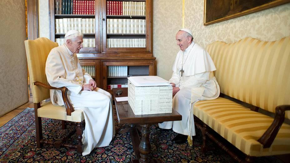 o papa Francisco e o papa emérito Bento XVI conversam durante encontro em Castel Gandolfo