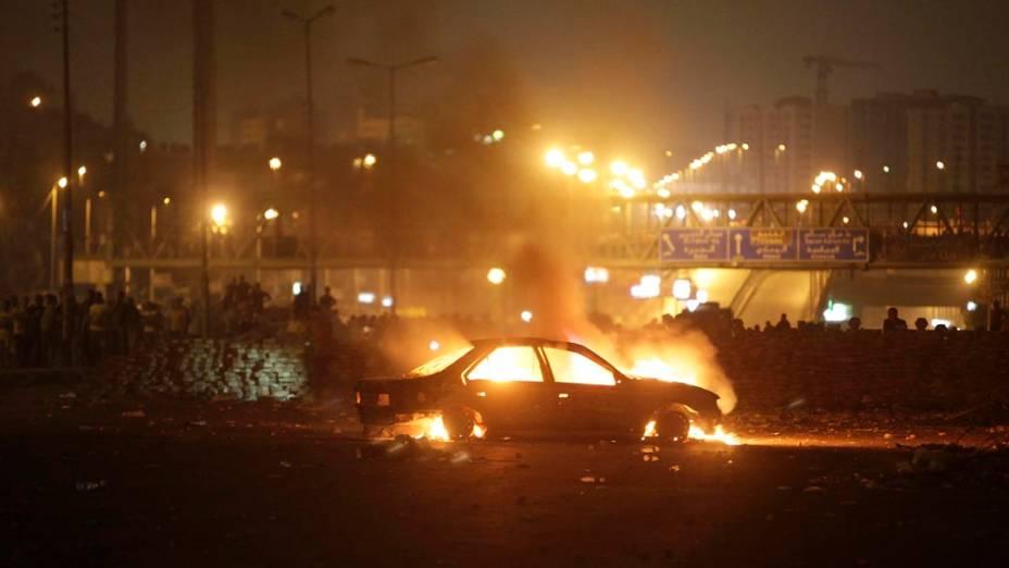 Carro é queimado durante protestos no Cairo, em 27/07/2013